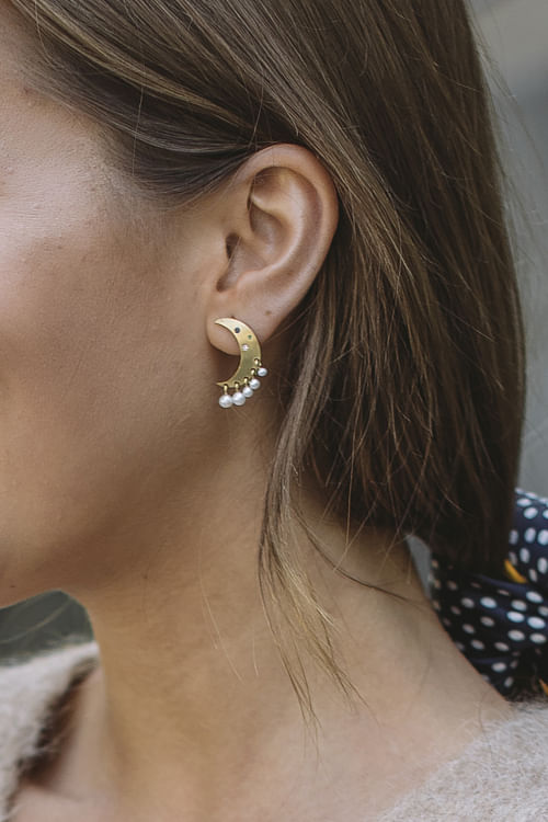 Jane Kønig Pearl Moon Earring øredobber