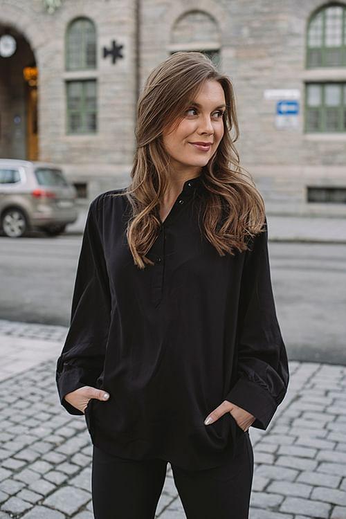 one&other chloe shirt black sort bluse