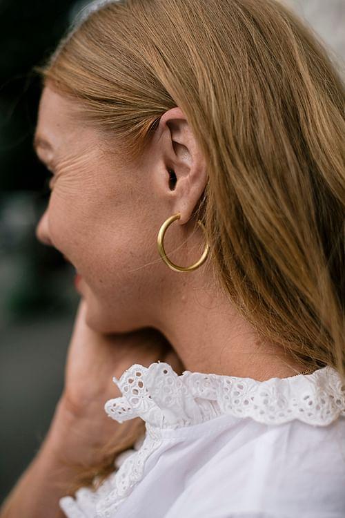 Jane Kønig Slender Hoop Gold øreringer